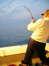 Photo: イサキ釣りの前に・・・。 ジグをシャクったら 「キター!」 年齢70数才!鉄人釣り師「井上さん」 すばらしい!!