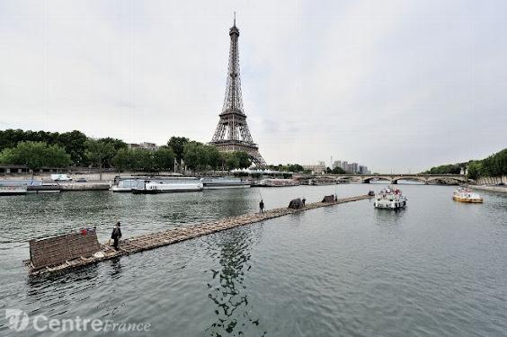 Train de bois arrivant à Paris par la Seine