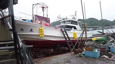 Photo: さすがに速力が出ない!・・・という事で、梅雨真っただ中の雨ではありますが、船底掃除でございます! ワイルドだろー!