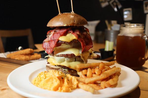 東區美式餐廳-Stan & Cat 史丹貓美式餐廳,快來挑戰高度超過20公分高5.5OZ超大漢堡
