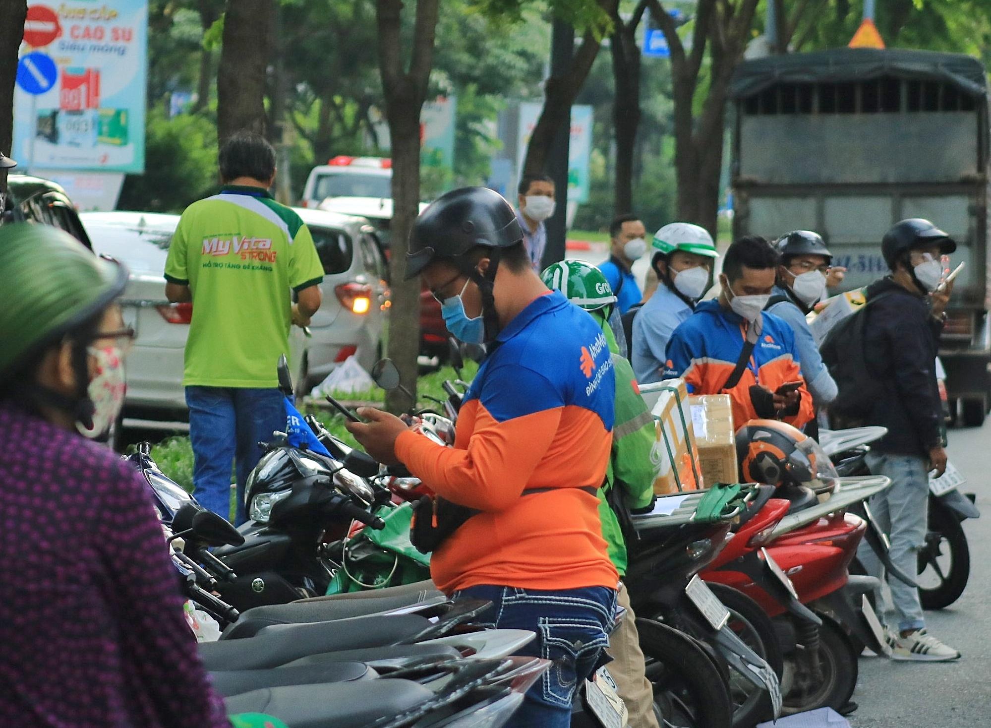 Người Sài Gòn xếp hàng mua bánh Trung thu - ảnh 4