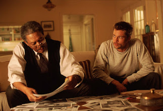 """Photo: Morgan Freeman e Brad Pitt numa das cenas de""""Se7en - Os Sete Pecados Capitais""""."""