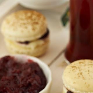 Macarons sa nadjevom od višanja i kremom od sira/ Cherry and cream cheese filled macarons