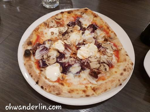 只能說不是義大利人,吃不懂道地披薩😅 一切也採道地作法,水要收費,不同的是我不敢叫他給我tap water☻