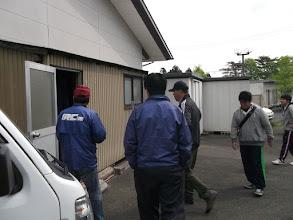 Photo: 倉庫から机やら椅子やら看板やらを出してトラックに積み込む。