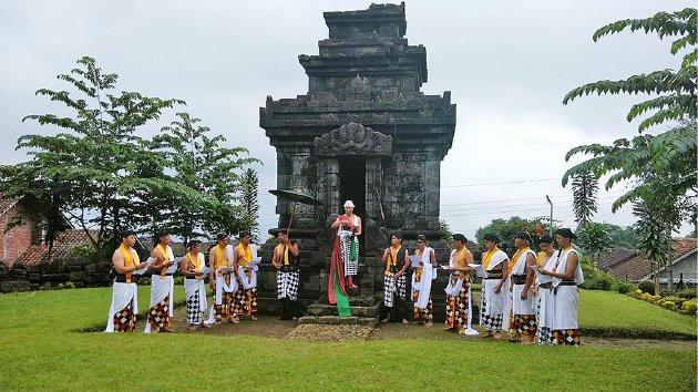 Sebuah prosesi ruwatan berlangsung di Candi Pringapus, Temanggung, Jawa Tengah, Maret  lalu.