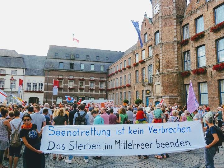 Demonstrant*innen vor dem Düsseldorfer Rathaus.
