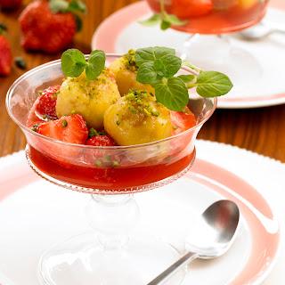 Süße Semmelknödel zu Erdbeerkompott