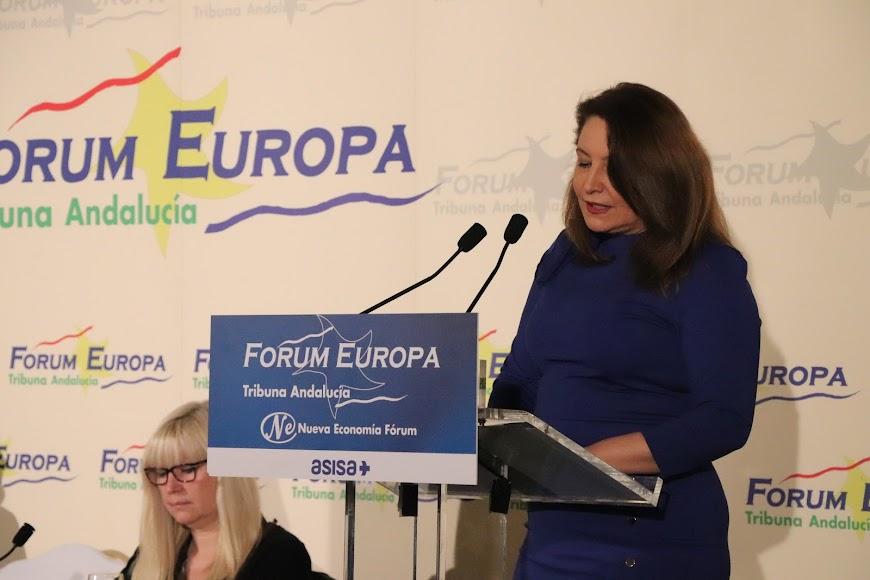El conferenciante ha sido presentado por la consejera de Agricultura, Carmen Crespo.