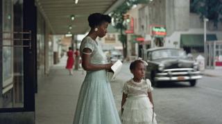 imagen de una mujer y una niña en una acera
