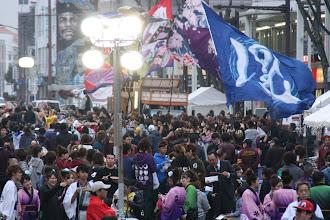 Photo: 2013年に行われた「第13回 浜松 がんこ祭」の写真です。がんこ祭は楽器の街浜松ならではの全国でも唯一「楽器を持って踊ること」のルールの元に、全国から約4500人の参加者と観客10万人が集まる毎年三月に行われるお祭りです。 ■鍛治町 情熱&鰻々会場の屋台の様子  「浜松 がんこ祭 公式ホームページ」 http://www.ganko-matsuri.com/  2014年は3月15日(土)16日(日)と二日間開催されます。100を越えるチームが優勝を目指し、元気溢れる踊りを披露し、16日の浜松中心街において表彰される最優秀チームの栄誉を目指して競い合います。  ※photo 「zeki」 http://zeki72.exblog.jp/  direct 「株式会社マツヤマデザイン」http://www.md-f.jp/