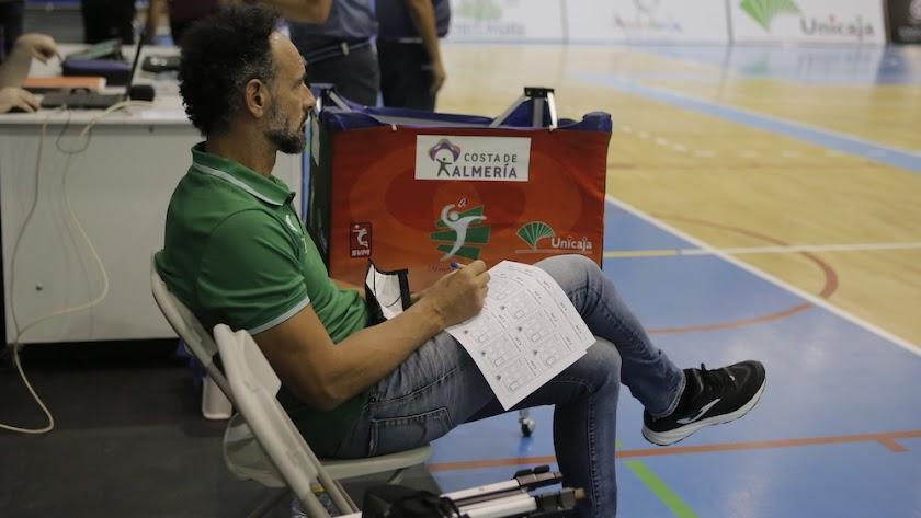 Manolo Berenguel atento a sus jugadores en el Moisés Ruiz.