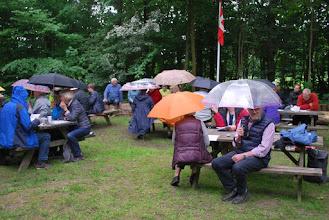Photo: Paraplyerne slås op