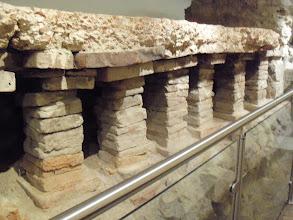 Photo: Vindobona - Fußbodenheizung im Wiener Römermuseum. Vindobona - underfloor heating in the Vienna Roman Museum. Pozostałości ogrzewania podłogowego dawnej Vindobony, w wiedeńskim muzeum.