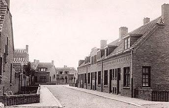 Photo: 1925 - Meesstraat. Volgens het opschrift achter op de foto 'een kijkje in de nieuwe arbeiderswoonwijk op Broekhoven'. Omdat de straten hier genoemd zijn naar vogels heet deze wijk in de volksmond 'de vogeltjesbuurt'.