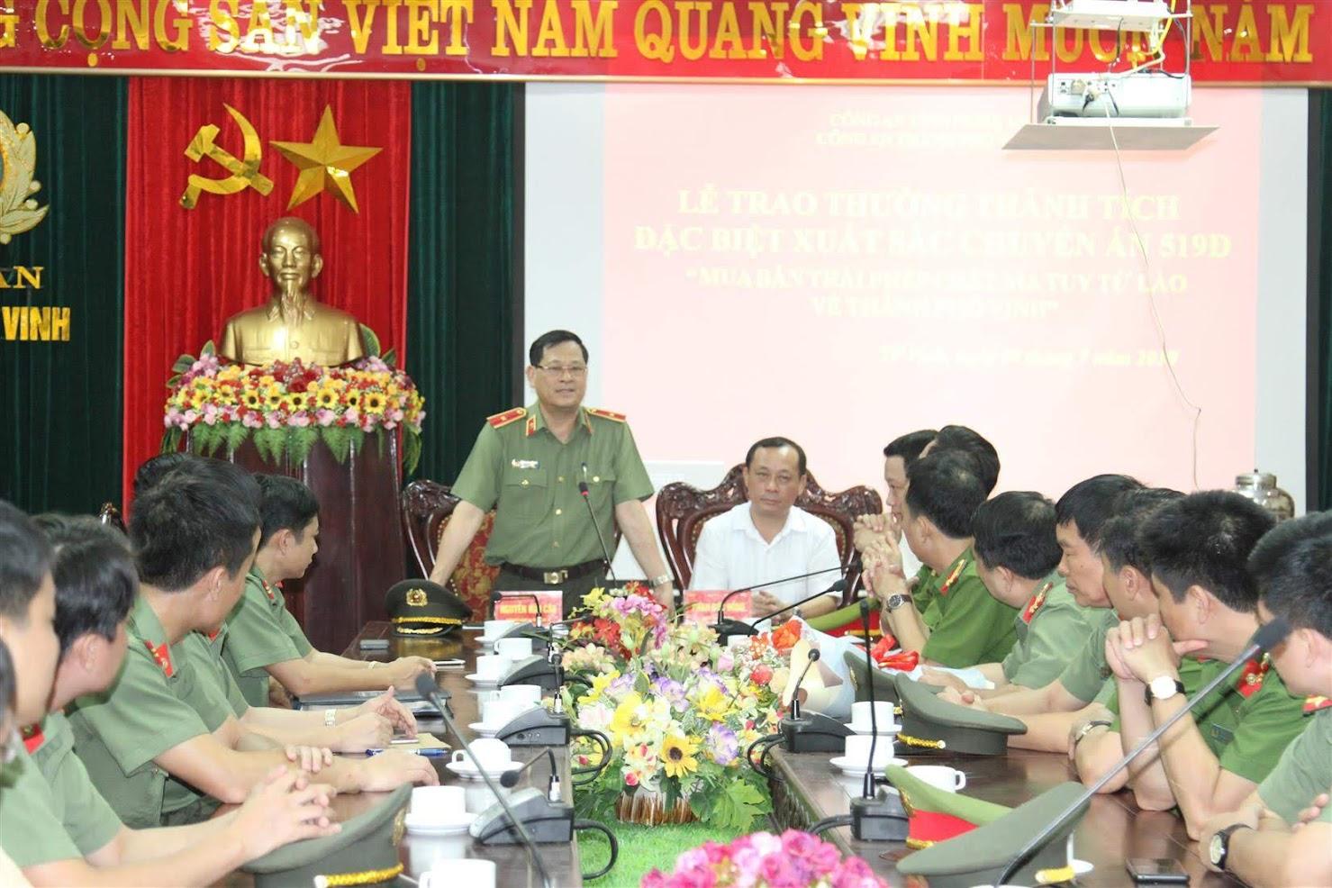 Đồng chí Thiếu Tướng Nguyễn Hữu Cầu, Giám đốc Công an tỉnh chỉ đạo Cơ quan CSĐT  Công an TP Vinh quyết liệt đấu tranh, làm rõ tội phạm trong một buổi làm việc với đơn vị