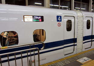 Photo: Asemalaiturilla on merkittynä mihin mikäkin vaunu pysähtyy, jotta kaikki pääsevät minuutin asema-ajan aikana sujuvasti junaan