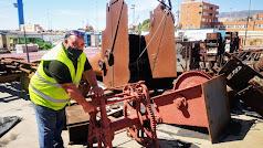 Un operario muestra algunos de los utensilios que serán restaurados.