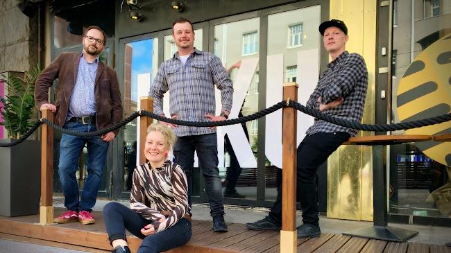 Kuvassa markkinointisuunnittelija Marcus Merkl, operatiivinen johtaja Juuso Uusitalo, Tampereen Ihkun ravintolapäällikkö Jussi Leppänen ja edessä liiketoimintajohtaja Sari-Anna Leppänen.