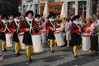 Photo: Carré de hauts tambours au blason de la Ville