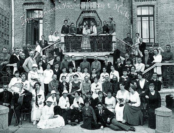 Микола Леонтович– сидить утретьому ряду четвертий праворуч– серед учасників Першого українського хору вКиєві, 1919 рік