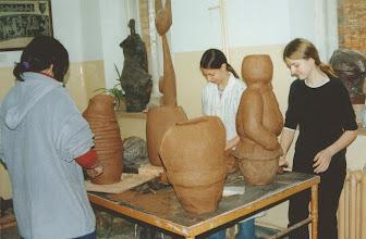 Photo: w pracowni ceramiki 2b, 2002 r.