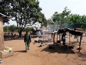 Photo: nous passons saluer la famille peule qui garde et entretient la ferme de Marcel