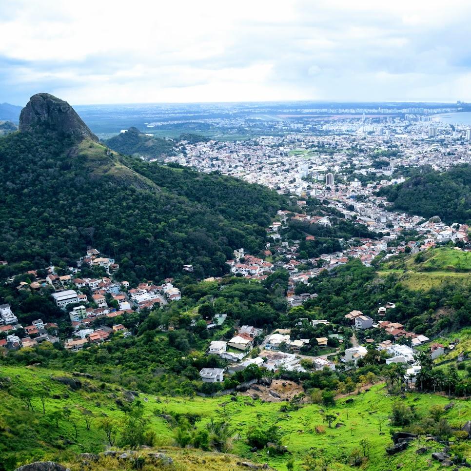 Vista de Vitória a partir do Parque Fonte Grande, com a Pedra dos Dois Olhos à direita, o bairro Fradinhos em primeiro plano e Camburi ao fundo