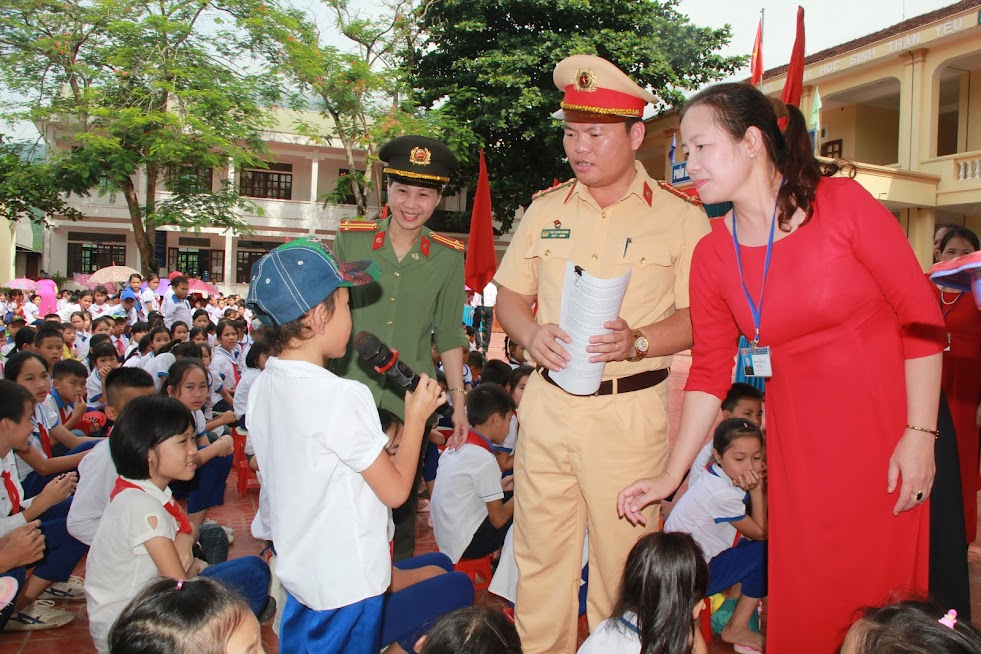 Tuyên truyền pháp luật về ATGT tại Trường Tiểu học và THCS Châu Kim, huyện Quế Phong