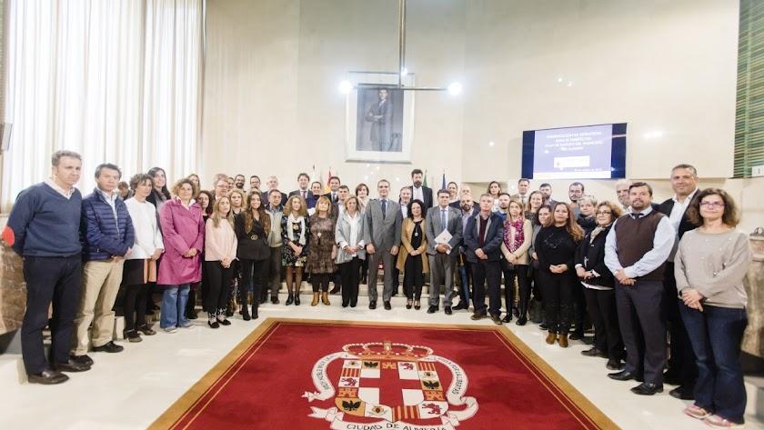Foto de familia de los participantes en este inicio de formulación del plan