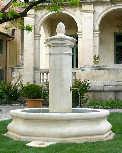 Fontaine taillée en pierre d'Estaillade dans un hotel particulier à Valréas