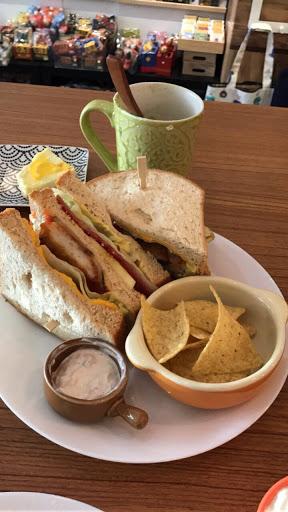 我們吃的是今日三明治180元 還有喝奶酒咖啡 160元 店員人都很好,雖然店面不大 但是很舒適❤️