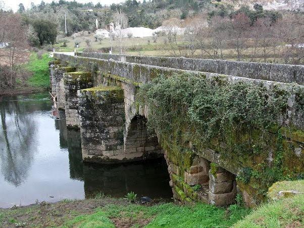Ponte de pedra sobre o Tuela