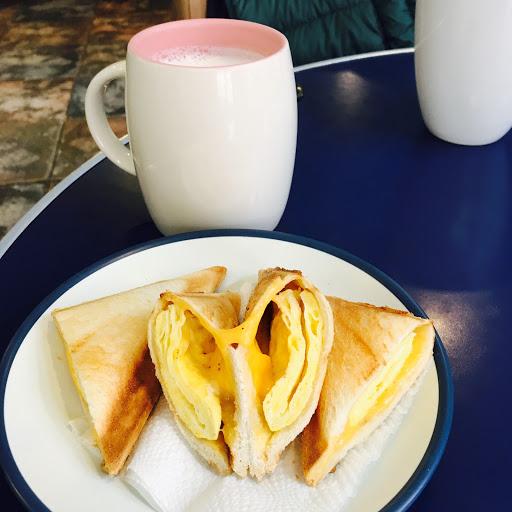 起司蛋三角堡+熱鮮奶 早午餐,另有提供意麵.泡麵.... 不錯吃!生意挺好的!