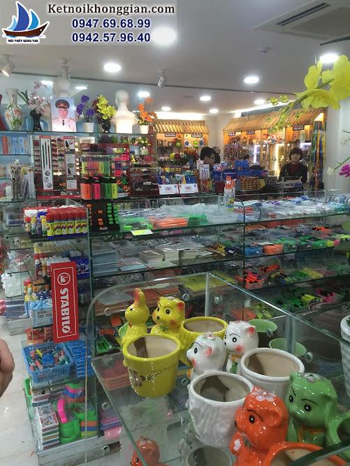 nhà sách bày bán những món đồ nhiều màu sắc