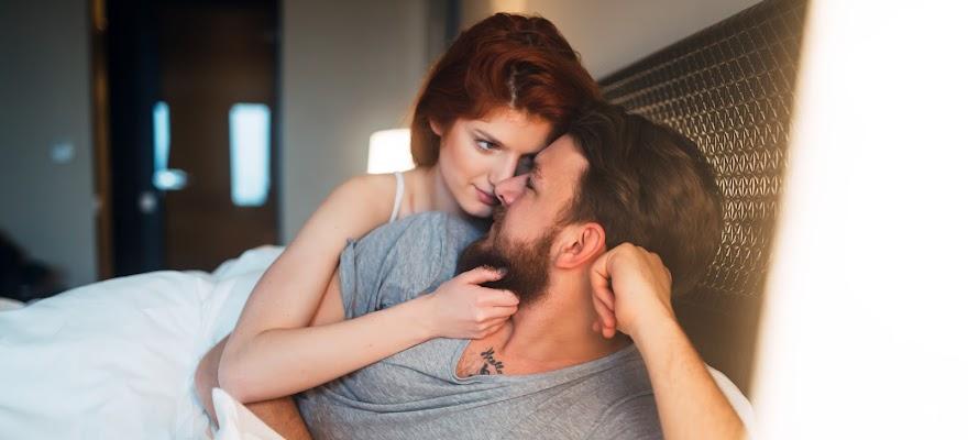 Kobieta i mężczyzna w łóżku wykonują ćwiczenia na przedwczesny wytrysk