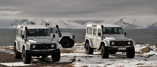 Photo: I nostri Land Rover Defender 110 AT37 sulla costa Sud d'Islanda in inverno. www.90est.it