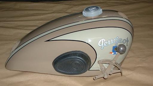 réservoir de moto ancienne peugeot restauré après