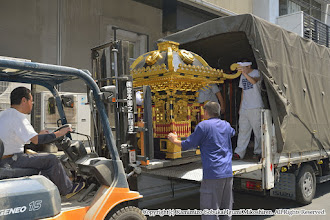 Photo: 神輿大改修 神輿搬出・工場搬入 平成27年7月27日(月)  浅草 宮本卯之助商店 本社工場に到着。輸送車から神輿を降ろす