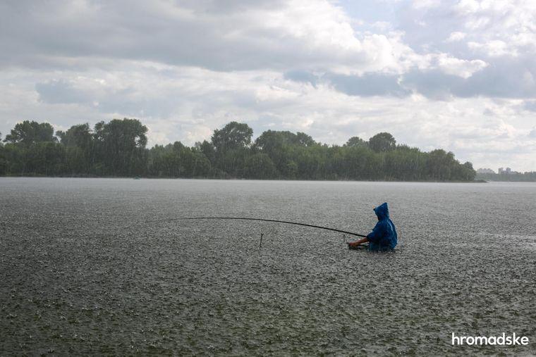 Рыбак ловит рыбу в Десне