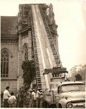 Photo: Colocação do sino na torre da Catedral de São Pedro de Alcântara, ainda em construção. Foto da década de 60