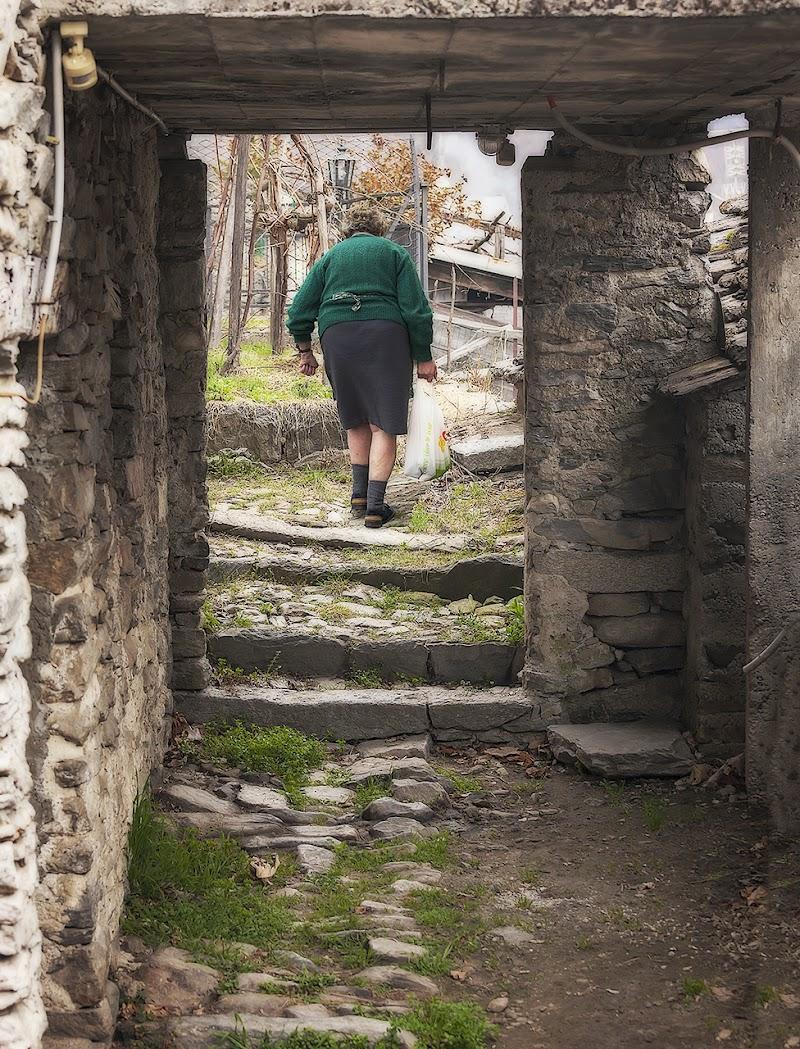 guardare attraverso una porta antica di angart71