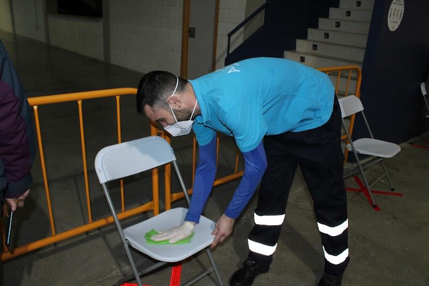 Desinfectando las sillas.