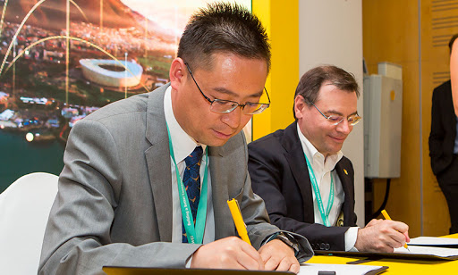 From left: Jackson Zhu, Huawei-MTN SA key account director, and Giovanni Chiarelli, chief technology and information officer at MTN SA, signing a 5G MOU.