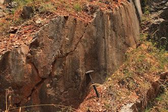 Photo: Egykori tektonikai folyamatok, komoly elmozdulások tanúi a kőzettestek felszínén fellelhető vetősíkok, amelyeket ásványlépcsők és vetőkarcok tarkítanak