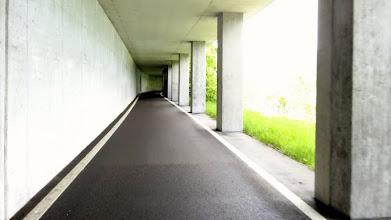 Photo: Links der Autotunnel, recht der Radweg. Super ausgebautes Radwegnetz rund um die Seen. Grüße in unsere Heimat: So geht Tourismus ! Leider wird um Zwickau kaum an Radler gedacht.