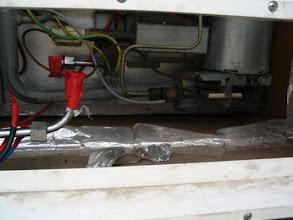"""Photo: Cableado de 12 voltios quitado, de 220V y la toma de gas, el frigorífico ya está """"desconectado"""" y listo para salir."""