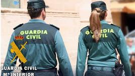 Una pareja de la Guardia Civil dirigiéndose hacia un altercado