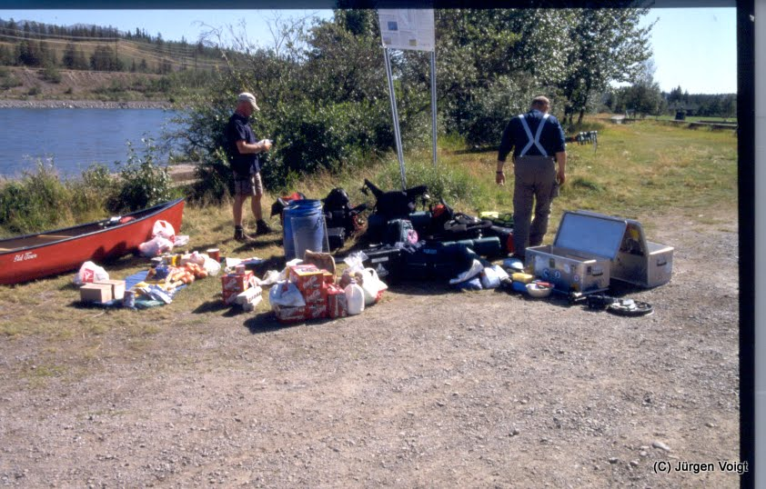 Photo: Das Gepäck und der Proviant muß irgendwie in 2 Kanus.