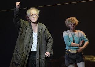 Photo: WIEN/ BURGTHEATER: MUTTER COURAGE UND IHRE KINDER von Berthold Brecht. Inszenierung David Boesch. Premiere 8.11.2013,  Falk Rockstroh, Sarah Viktoria Frick. Foto: Barbara Zeininger